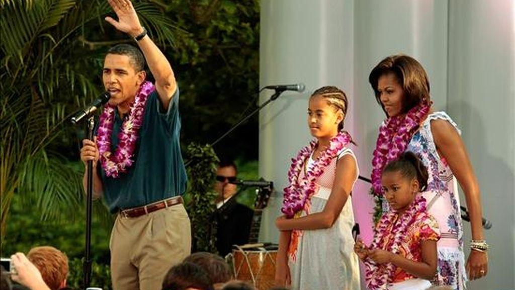 El presidente de EEUU, Barack Obama, y su familia Malia Obama, Michelle Obama y Sasha Obama participan en una fiesta hawaiana organizada para los miembros del congreso y sus familias en el Ala Sur de la Casa Blanca. EFE