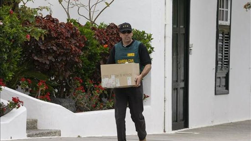 Un miembro de la Unidad Central Operativa de la Guardia Civil porta documentación durante el registro efectuado en el Ayuntamiento de Yaiza. EFE/Archivo