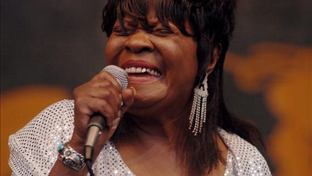 Fotografía de mayo de 2006 en la que se ve a la cantantae Koko Taylor, durante una presentanción en el 37 festival anual de Jazz en Nueva Orleans. Taylor murió a los 80 años, víctima de una complicación gastrointestinal. EFE/Archivo