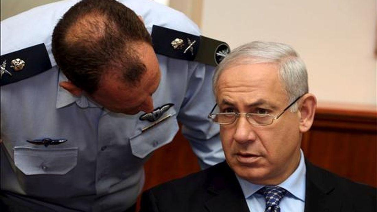 El primer ministro israelí, Benjamín Netanyahu (d), escucha a un soldado del Ejército israelí (IDF), durante la reunión semanal del gabiente en su oficina en Jerusalén, Israel. EFE/Archivo