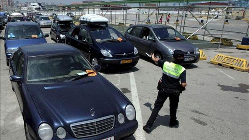Una policía portuaria controla la entrada de vehículos en la zona de embarque del puerto de Algeciras (Cádiz), durante la Operación Paso del Estrecho. EFE/Archivo