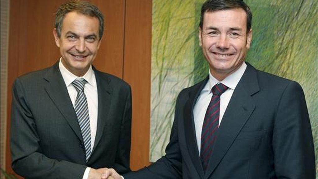 El presidente del Gobierno, José Luis Rodríguez Zapatero (i), junto al secretario general de los socialistas madrileños, Tomás Gómez. EFE/Archivo
