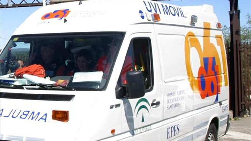 Una ambulancia traslada a un herido en un accidente. EFE/Archivo
