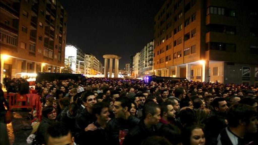 Gran número de personas esperaba en el exterior del palacio de los Deportes de Madrid, para asitir al concierto que la cantante estadounidense Lady Gaga ofreció esta noche en la capital. EFE