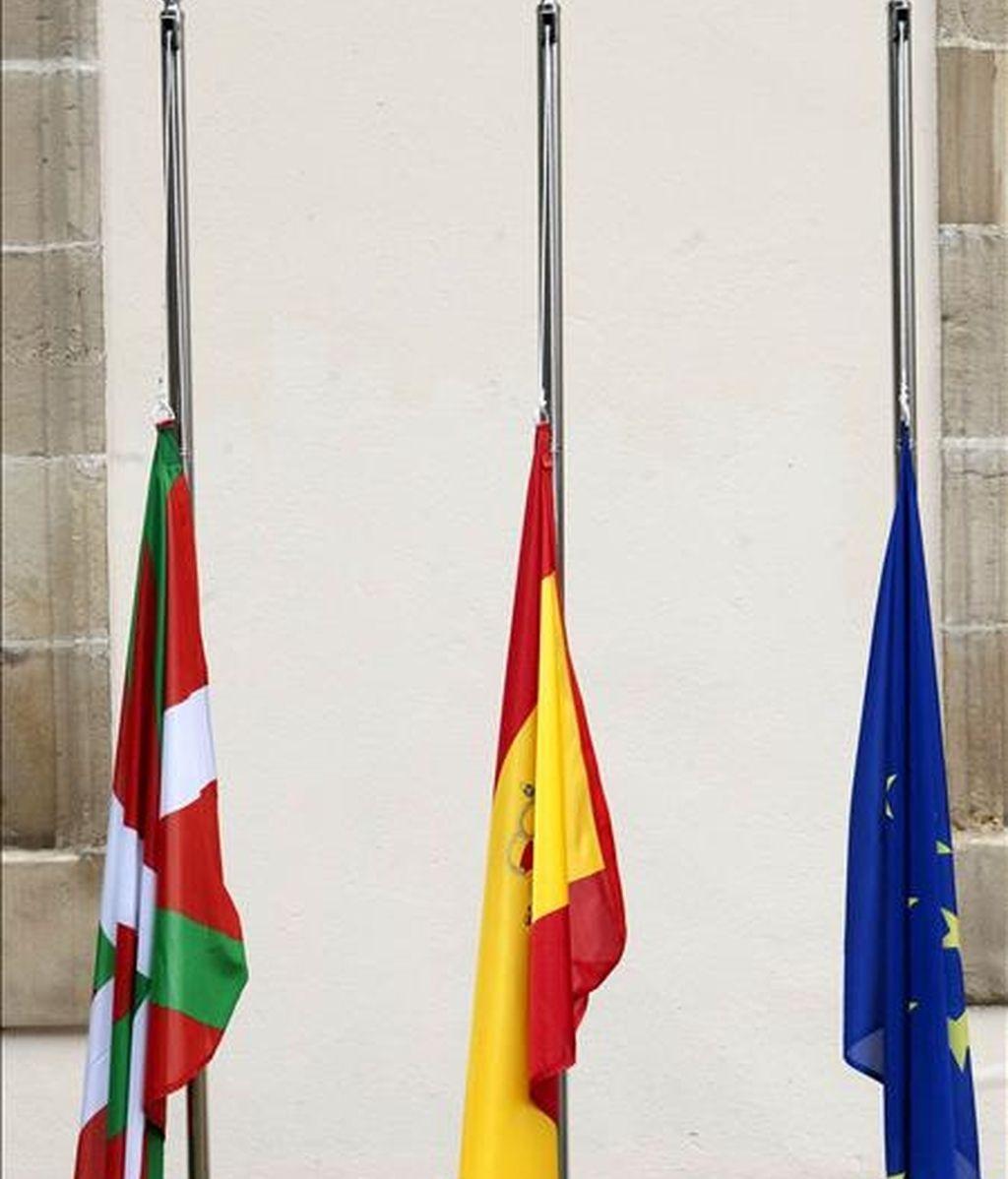 Las banderas vasca, española y europea en el Parlamento Vasco ondean, por primera vez en la historia, a media asta en señal de condena del atentado cometido hoy en Arrigorriaga contra el policía nacional Eduardo Antonio Puelles. La Cámara colocó las tres banderas el pasado 5 de febrero en aplicación de una sentencia del tribunal Supremo. EFE