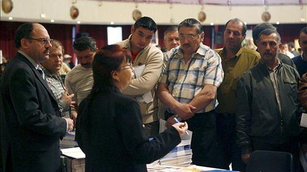 Imagen de archivo de un grupo de inmigrantes rumanos que acudieron a Castellón en abril del año pasado para recibir información de las ofertas de trabajo. EFE