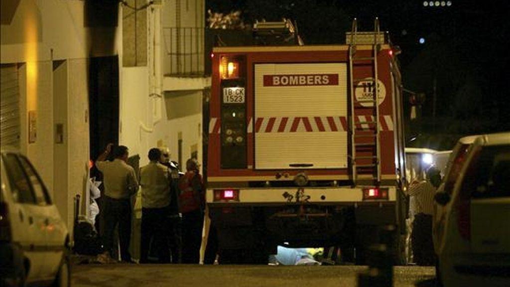 En la imagen, un vehículo de los bomberos durante un incendio en Ibiza. EFE/Archivo