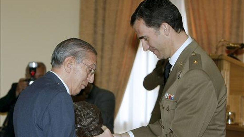 El príncipe Felipe entrega al general Jesús María Salas Larrazabal (i), el Premio 'Marqués de Santa Cruz de Marcenado', durante el acto de clausura del XLV Ciclo Académico impartido en el Centro Superior de Estudios de la Defensa Nacional (CESEDEN). EFE