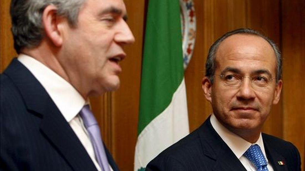 El primer ministro británico Gordon Brown (izda) y el presidente mexicano Felipe Calderón atienden a los medios durante la rueda de prensa ofrecida en Downing Street, Londres, Reino Unido, el 30 de marzo de 2009. La visita de Calderón acabará el jueves, día en que asistirá a la cumbre del G-20 (grupo de los veinte principales países industrializados y emergentes). EFE