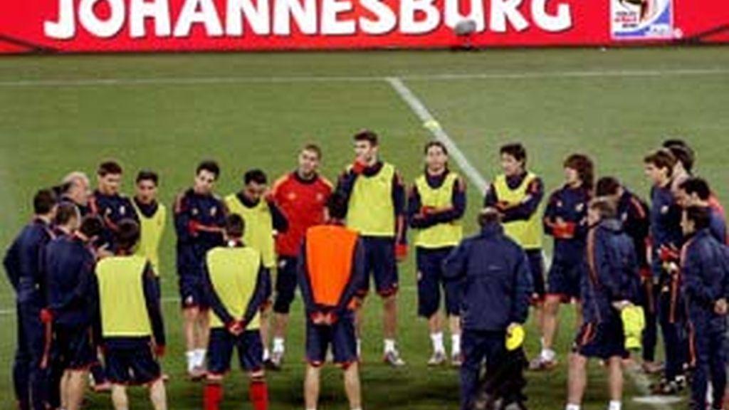Los jugadores de la selección española escuchan al entrenador en el entrenamiento del sábado. Foto: EFE