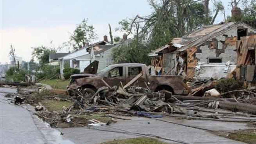 Casas y coches destruidos en Tuscaloosa, Alabama tras el paso del último tornado este miércoles. Foto AP