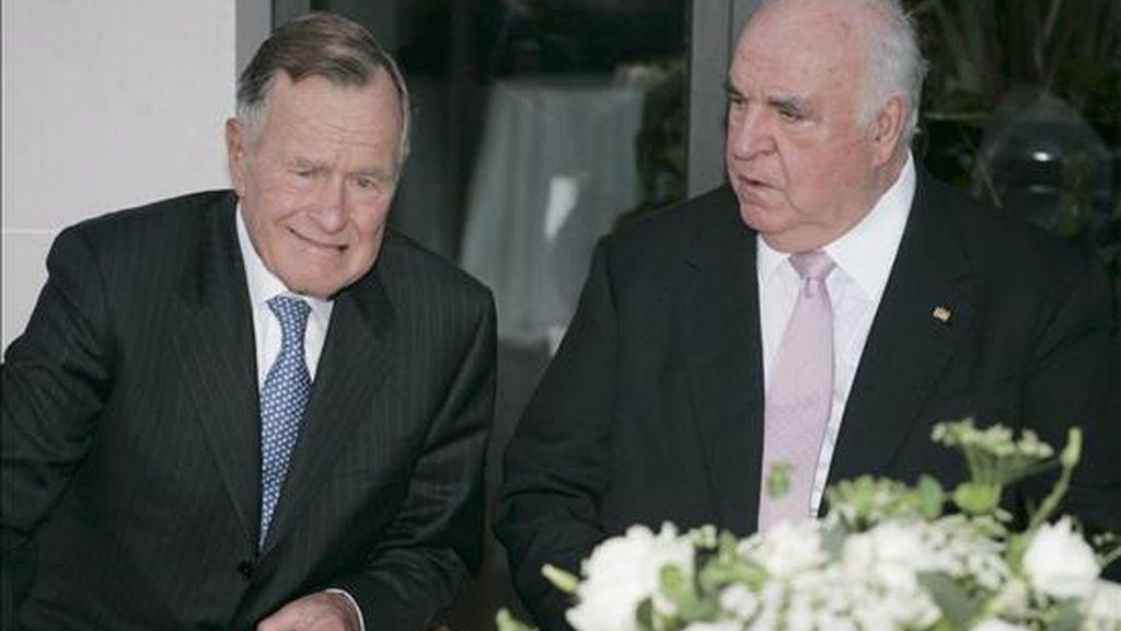 El ex presidente estadounidense George H.W. Bush (i) junto al ex canciller alemán Helmut Kohl (d) durante la celebración del 15 aniversario de la reunificación alemana en la residencia del embajador alemán en Washington (Estados Unidos), en octubre de 2006. EFE/Archivo