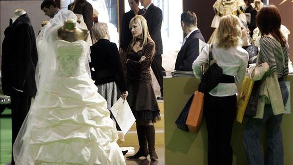 Numerosas personas visitan el  Salón Fiesta y Boda de Valencia. EFE/Archivo