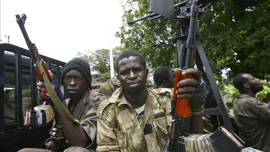 Fuerzas leales a Alassane Ouattara patrullan una calle en Abiyán, Costa de Marfil. EFE