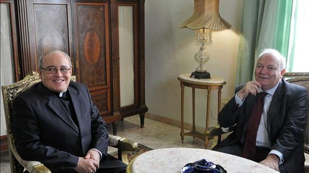 El cardenal cubano Jaime Ortega y Alamino (i) junto al ministro español de Asuntos Exteriores, Miguel Ángel Moratinos (d), durante la reunión que mantuvieron el martes 6 de julio en la sede del Arzobispado en La Habana (Cuba). EFE/Archivo