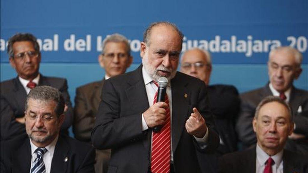 El director de la Academia Mexicana de la Lengua, José Guadalupe Moreno de Alba, habla durante los trabajos de la reunión de las veintidós Academias de la Lengua Española, donde hicieron pública la aprobación de la nueva ortografía. EFE