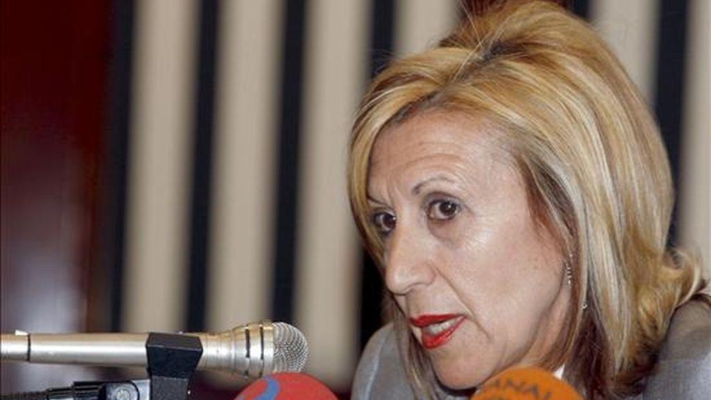 La diputada de Unión Progreso y Democracia, Rosa Díez (d), en la rueda de prensa donde anunciaron que darán su voto a la investidura del lehendakari. EFE
