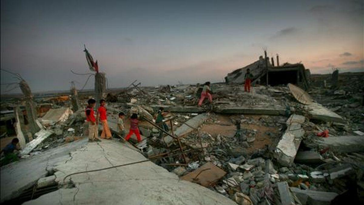 """Unos niños juegan entre los escombros de un edificio destruído durante la operación israelí """"Plomo Fundido"""" en la zona este del campo de refugiados de Yabalía, en el norte de la franja de Gaza, ayer 1 de junio. EFE"""