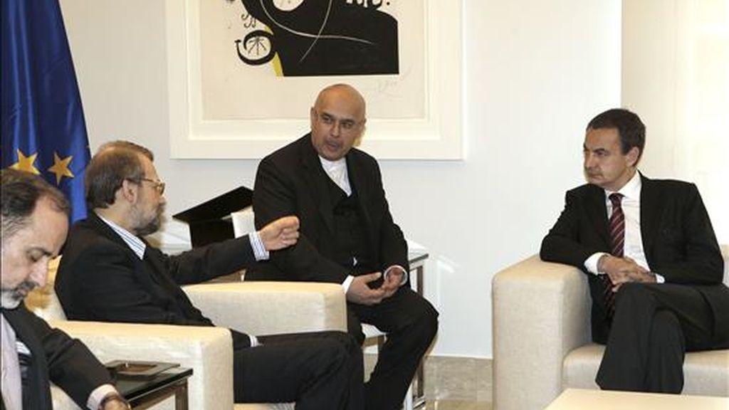 El presidente del Gobierno, José Luis Rodríguez Zapatero (d), conversa con el presidente del Parlamento iraní, Ali Larijani (2i) durante la reunión que han mantenido hoy en el Palacio de la Moncloa, en Madrid. EFE