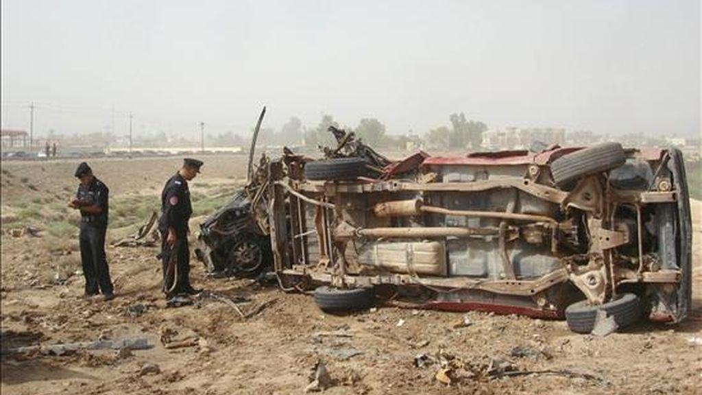 Policías iraquíes inspeccionando el lugar donde explotó un coche-bomba cerca de Baquba este martes. EFE
