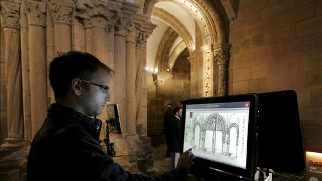 Un joven visita virtualmente el Pórtico de la Gloria cuyo programa fue presentado el pasado 27 de julio por la Fundación Barrié, el Arzobispado de Santiago y el Cabildo de la Catedral. EFE/Archivo