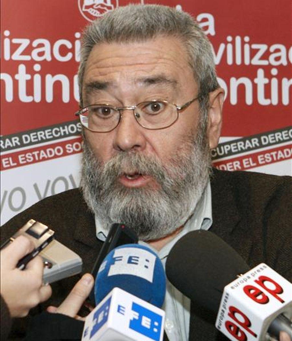 El secretario general de UGT, Cándido Méndez, durante la valoración que hizo hoy a los periodistas tras conocerse que el paro subió en noviembre por cuarto mes consecutivo y sumó 24.318 nuevos desempleados respecto al mes anterior, lo que situó el número total de parados en 4.110.294, el 0,6% más que en octubre. EFE