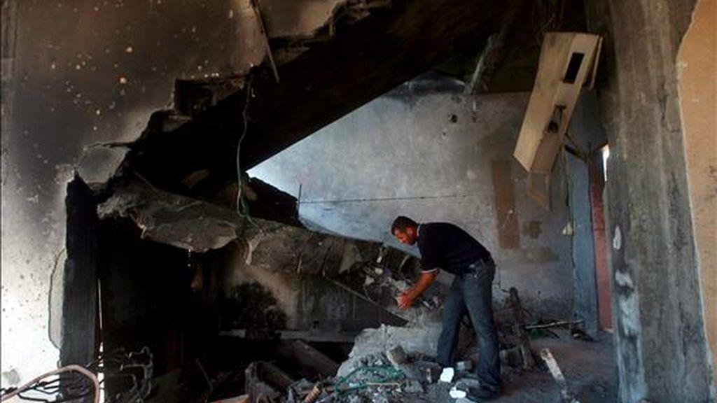 Un palestino camina entre los restos de la casa en la que vivió junto a su familia durante 25 años en Bait Layiya, al norte de la Franja de Gaza, ayer 2 de junio. Su casa fue destruida durante la ofensiva militar israelí de diciembre 2008/enero 2009. EFE