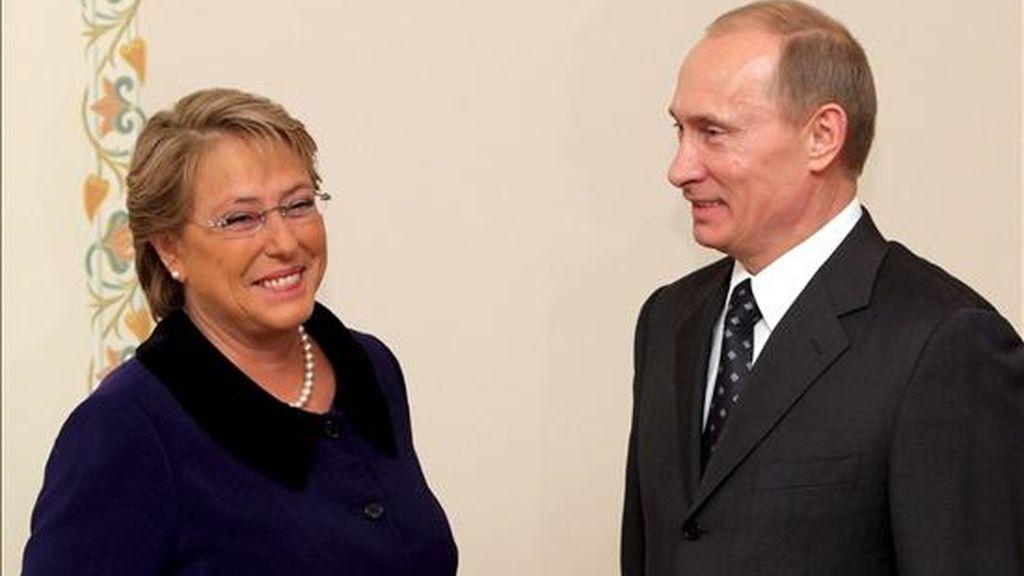La presidenta chilena, Michelle Bachelet, y el primer ministro ruso, Vladímir Putin, hoy en Moscú. EFE