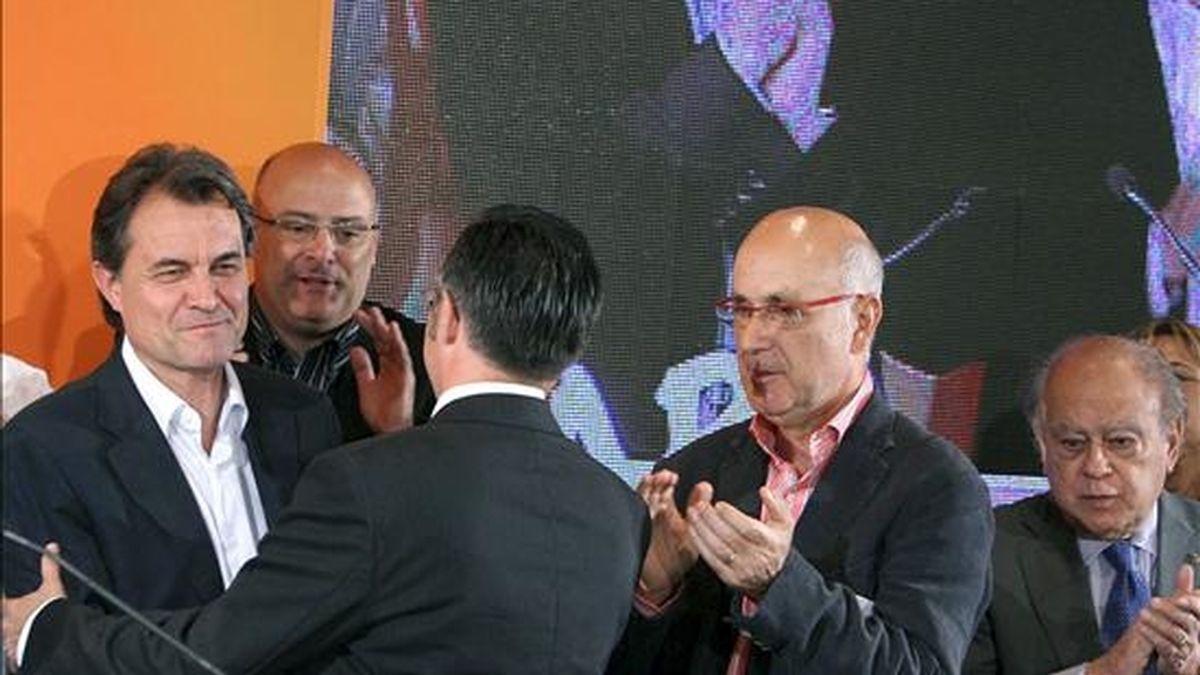 El candidato a Europa por Convergència i Unió Ramon Tremosa (c), saluda al líder del CIU Artur Mas (i), en presencia del secretario general del partido Josep Antoni Duran i Lleida (2d). EFE