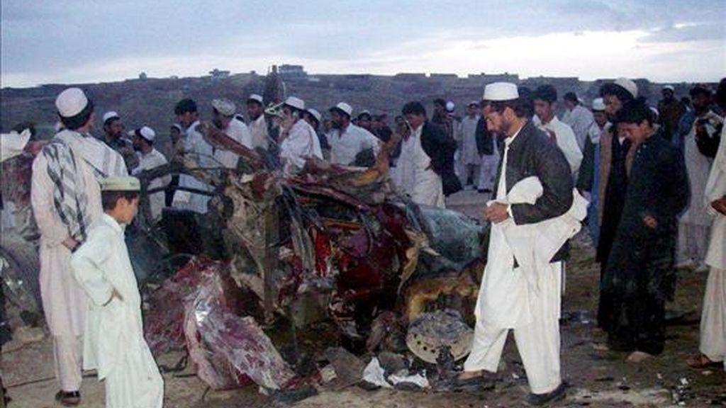 Los restos del vehículo en el que viajaba el alcalde la ciudad afgana de Khost, Amirullah Amiri, tras la explosión. EFE
