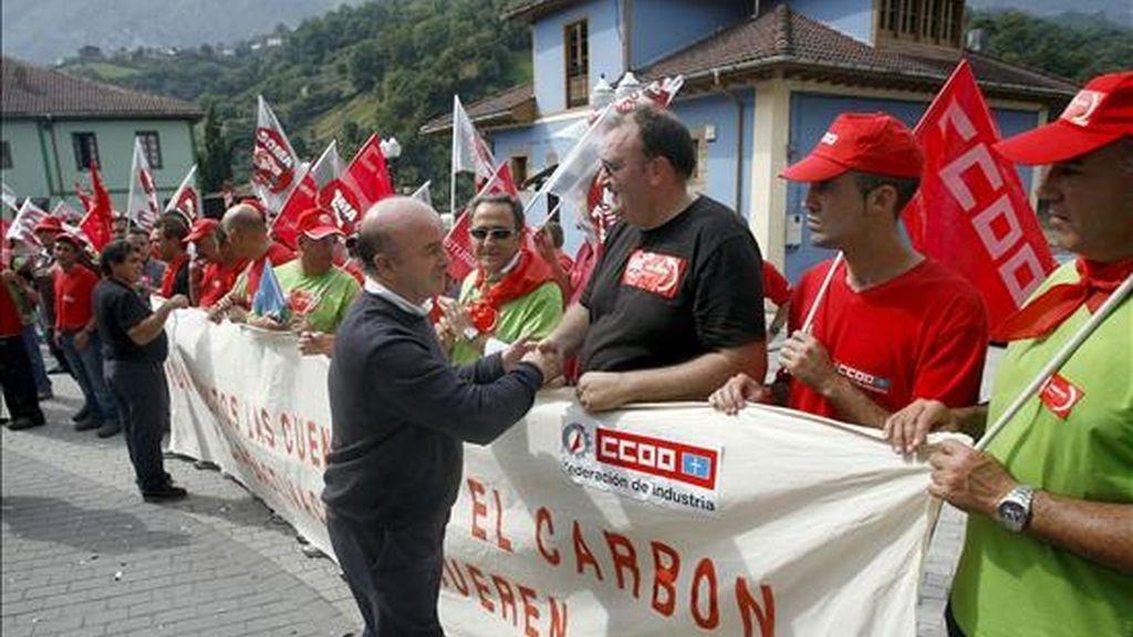 En la imagen, el alcalde de Riosa, José Antonio Muñiz Álvarez (c), saluda a los mineros a su llegada ayer a la localidad asturiana donde finalizó la marcha. EFE
