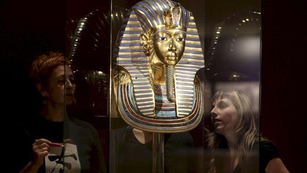 Réplicas exactas de un millar de las más de 5.000 piezas que se hallaron en la tumba de Tutankhamon se reúnen desde hoy en el museo Marítimo de Barcelona en una exposición que recrea a tamaño natural el interior de tres cámaras del sepulcro: la antecámara, la cámara del tesoro y la cámara funeraria con el sarcófago. EFE