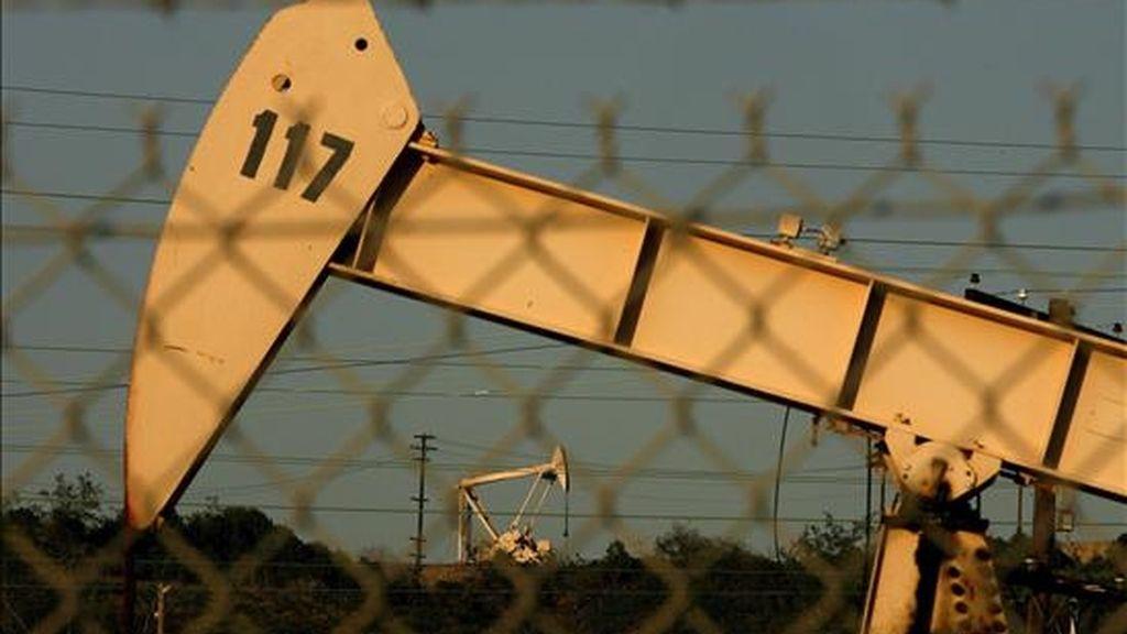 El barril de crudo de Texas cerró a 35,94 dólares, el valor más bajo desde el 15 de enero, después de conocerse que las reservas en Estados Unidos subieron la pasada semana más de lo esperado. EFE/Archivo