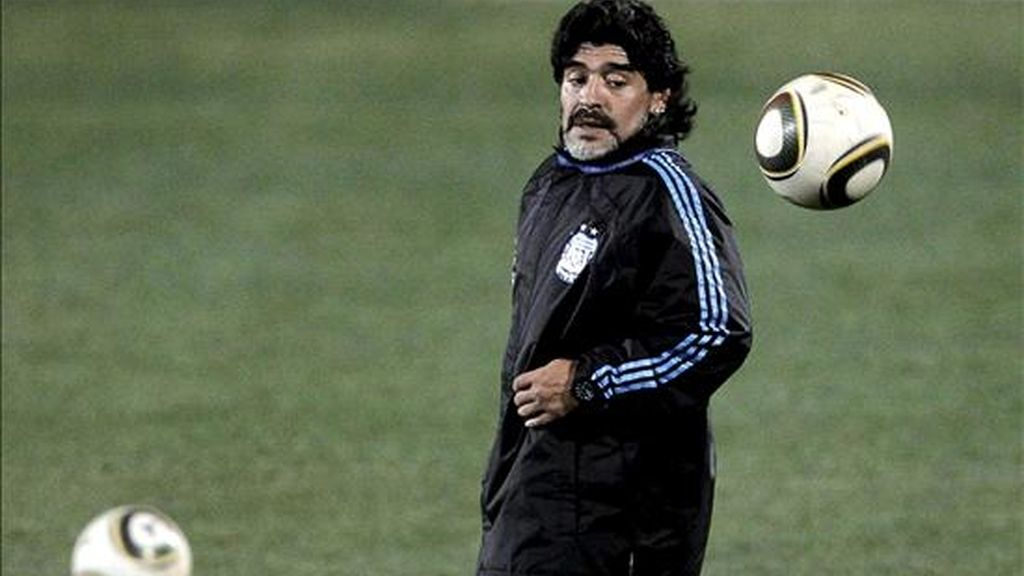 Maradona resalta el fuera de juego de Villa y resta importancia al de Tévez. Vídeo: Informativos Telecinco.