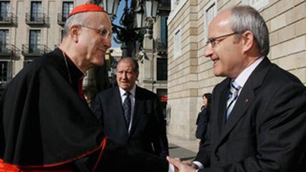 El presidente de la Generalitat, José Montilla, saluda al cardenal y secretario de Estado del Vaticano, Tarcisio Bertone. EFE