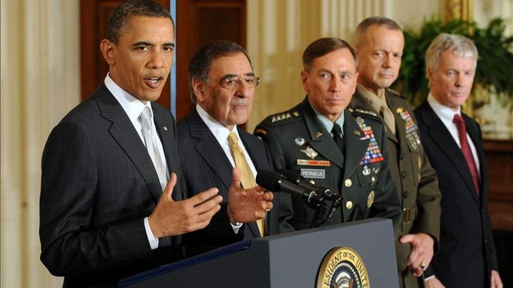 El presidente de EE.UU., Barack Obama (i), designó a Leon Panetta (2 i), como nuevo secretario de Defensa mientras que el general David Petraeus (c), asumirá la dirección de la CIA  en una remodelación de su equipo de Seguridad Nacional. EFE