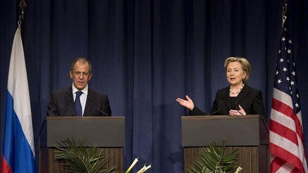 La secretaria de Estado estadounidense, Hillary Clinton, y el ministro ruso de Asuntos Exteriores, Sergueï Lavrov, el pasado mes de febrero en Ginebra. EFE