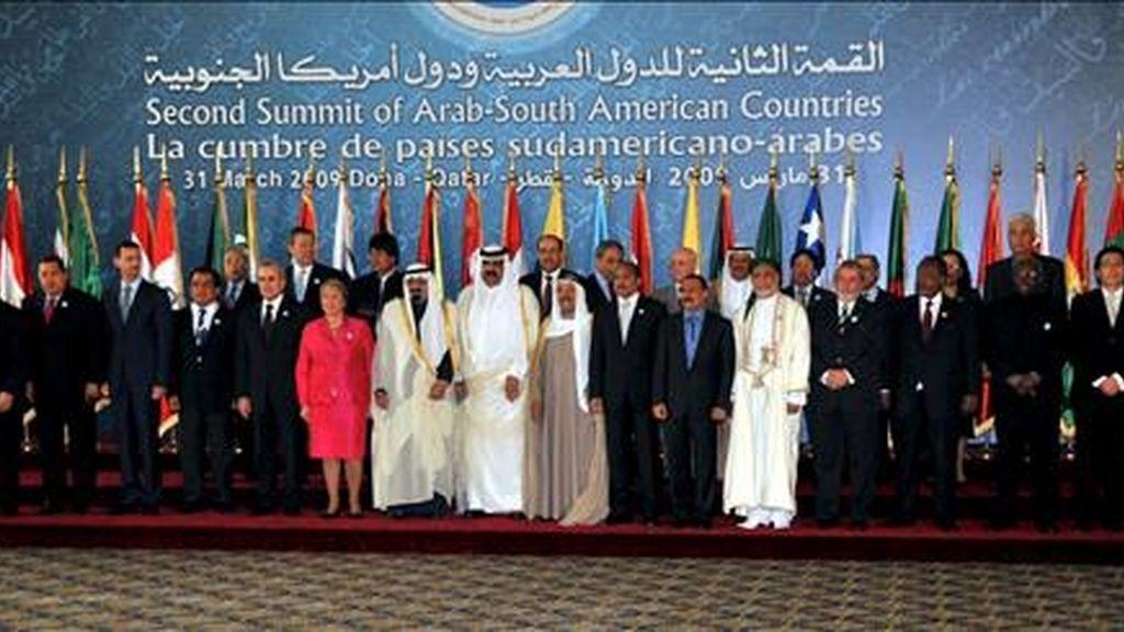 Foto de familia de los líderes asistentes a la sesión inaugural de la II cumbre ASPA (América del Sur-Países Árabes) en la capital de Qatar, Doha. EFE