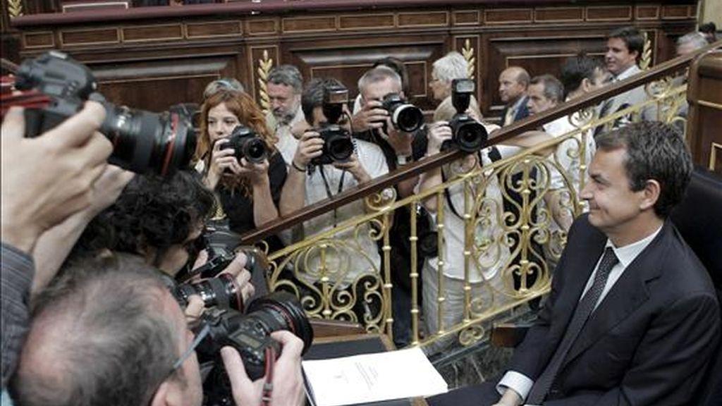 El presidente del Gobierno, José Luis Rodríguez Zapatero, fotografiado en su escaño del hemiciclo del Congreso de los Diputados momentos antes de iniciarse este mediodía su intervención en el debate sobre el estado de la nación. EFE
