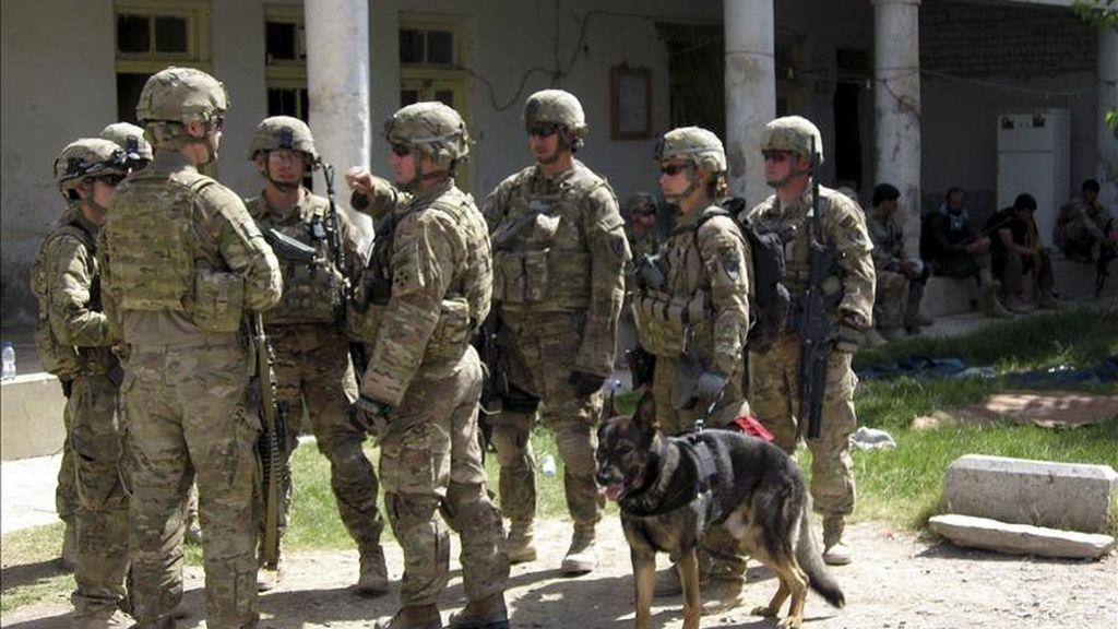 Soldados estadounidenses inspeccionan un edificio después de que las fuerzas de seguridad afganas eliminaran del lugar toda resistencia talibán hoy en Kandahar (Afganistán). EFE