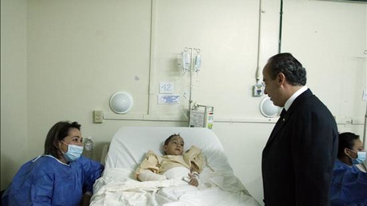 Imagen de este domingo del presidente de México, Felipe Calderón (d), mientras conversa con uno de los 23 niños hospitalizados en Hermosillo, a consecuencia del incendio en la guardería. EFE