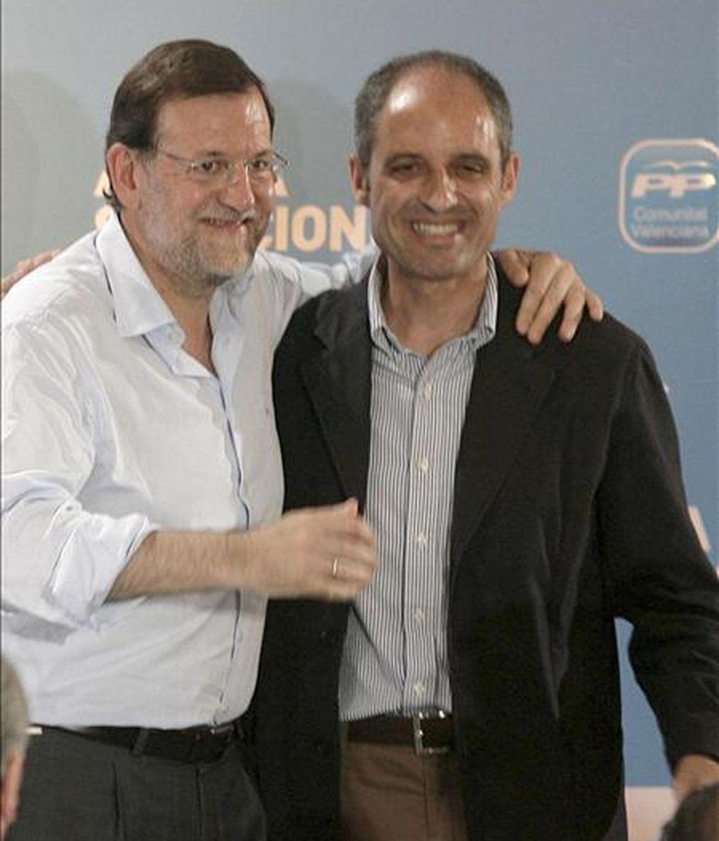 El presidente del PP, Mariano Rajoy (i), y el presidente de la Comunidad Valenciana, Francisco Camps, durante un acto electoral que el Partido Popular en la capital castellonense de cara a las próximas elecciones europeas. EFE/Archivo