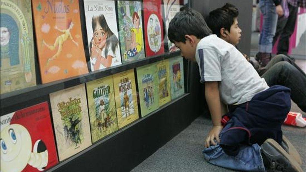 Un niño observa libros exhibidos durante la pasada versión de la Feria Internacional del Libro de Bogotá (Colombia). EFE/Archivo