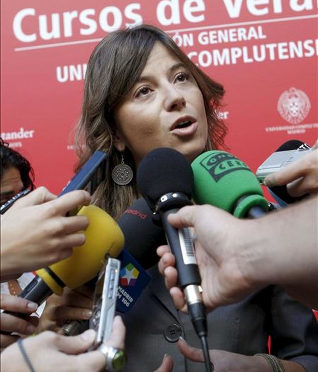 """La ministra de Igualdad, Bibiana Aído (d), hace declaraciones a los medios de comunicación momentos antes de inaugurar el curso de la Universidad Complutense """"Violencia de género y menores"""", en San Lorenzo de El Escorial. EFE"""