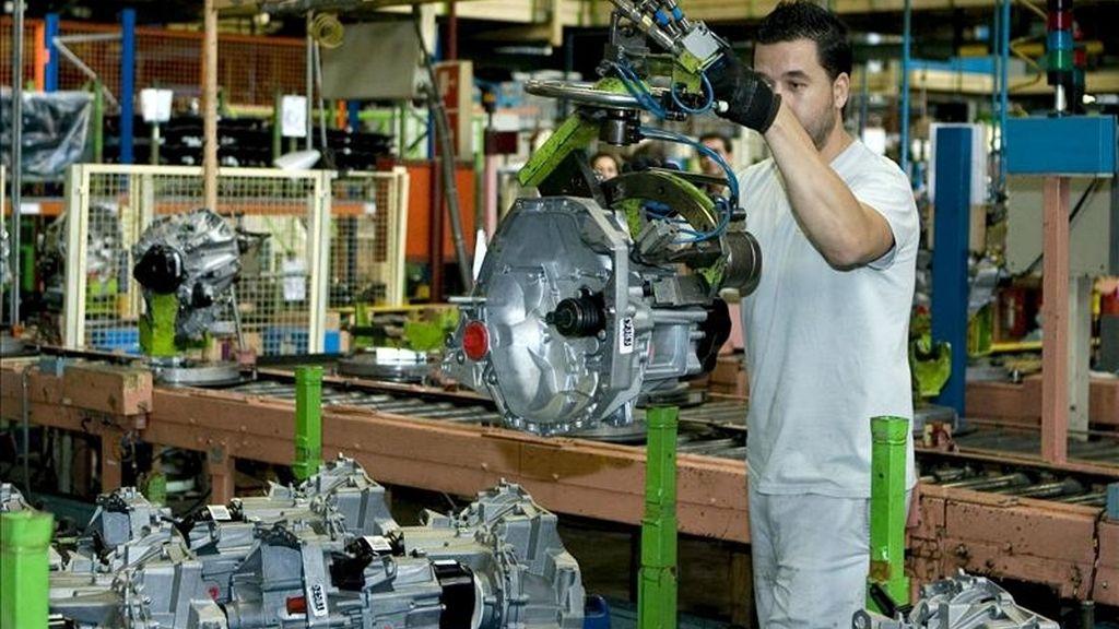 Un operario de la fábrica Renault de Sevilla participa en el montaje de una caja de cambios. EFE/Archivo
