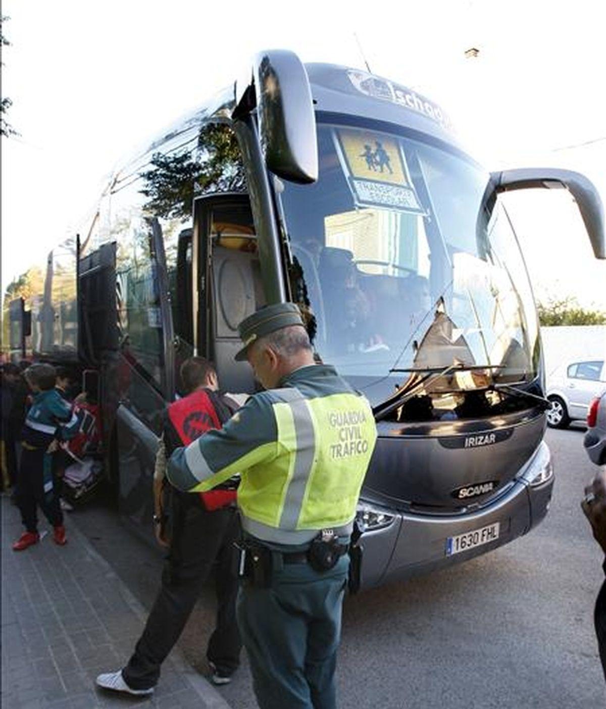 Un guardia civil revisa los papeles de un autobús de transporte escolar en Torrejón de la Calzada (Madrid). EFE/Archivo