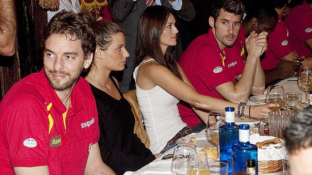 Helen Lindes y Silvia López, la novia de Gasol, en la comida de celebración