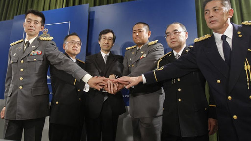 Los miembros de los cuerpos de seguridad de Japón