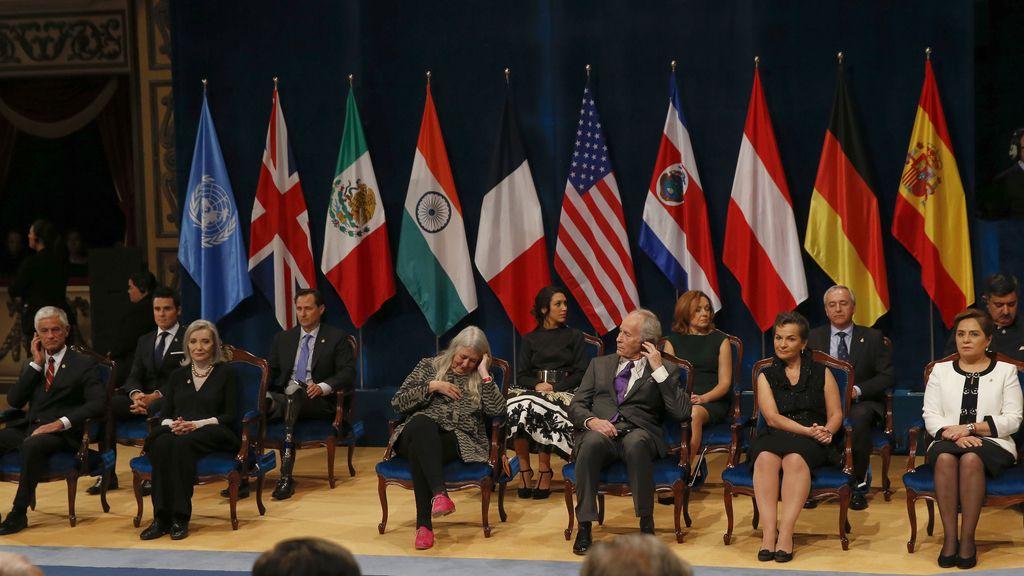 Los premiados escuchan al Rey durante la ceremonia de los Princesa de Asturias