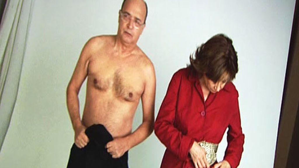 Los colaboradores posan casi desnudos